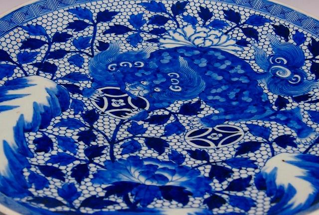 121 染付玉取獅子牡丹文大皿 1820~60 47cm P1010940 (2)